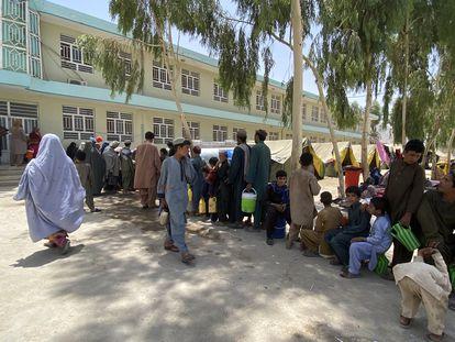 Afganos desplazados de su país ante el avance de las guerrillas talibán.