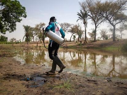 Los equipos de MSF tratan los diferentes puntos de agua del pueblo de Ara, en el departamento de Magaria, en el sur de Níger.