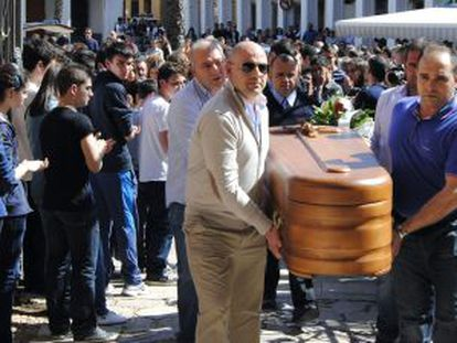 Funeral en Manzanares (Ciudad Real) de los dos niños y su abuela asesinados el viernes.