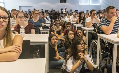 Estudiantes universitarios en la conferencia de Puigdemont.