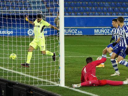 Luis Suárez se dispone a marcar el gol del triunfo del Atlético ante el Alavés en Mendizorroza tras un centro de João Félix en el último minuto. / César Manso (AFP)