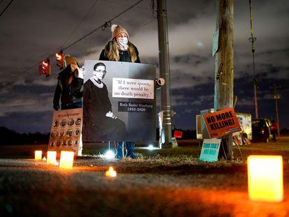 Una activista contraria a la pena de muerte se manifiesta fuera del centro penitenciario de Terre-Haute, Indiana, este viernes.