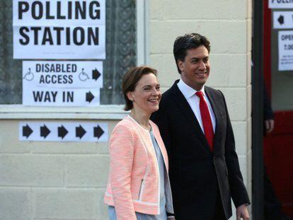 Miliband y su esposa, después de votar en Sutton.