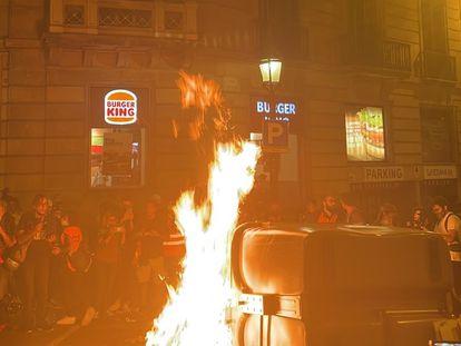 Un contenedor quemado en la manifestación por el 1-O en Barcelona.