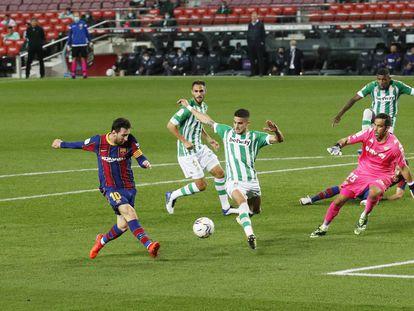 Messi, en el momento de marcar el cuarto gol del Barcelona.