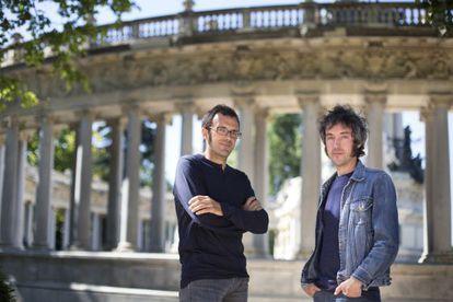 Isaac Rosa y Carlos Pardo, en el parque del Retiro de Madrid.