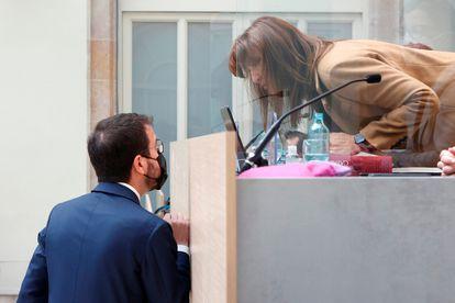 El candidato de ERC, Pere Aragonès, y la presidenta del Parlament, Laura Borràs en el debate de investidura del 26 de marzo.