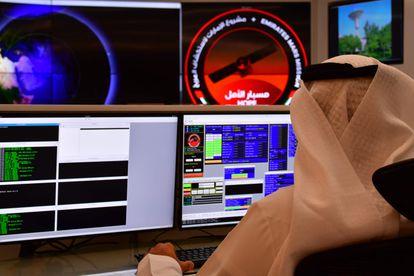 Un empleado del centro de control de la misión a Marte en el Mohammed Bin Rashid Space Centre (MBRSC) de Dubái.