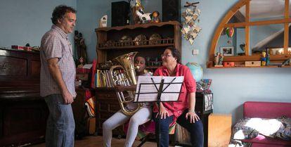 Martha toca el bombardino junto a sus padres Lluis y Esther en su casa de Cornellá.