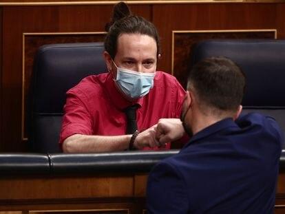 El líder de Podemos, Pablo Iglesias, conversa con el diputado Gabriel Rufián (ERC), en el Congreso, esta semana.