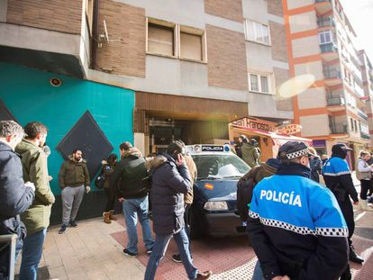 Efectivos policiales junto a la vivienda de los tres exjugadores de la Arandina Club de Fútbol, el pasado diciembre.