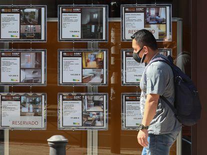 Escaparate con anuncios de alquiler y venta de viviendas en una calle de Madrid.