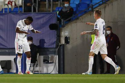 Vinicius celebra el pase en largo de Kroos que le permitió marcar al Liverpool.