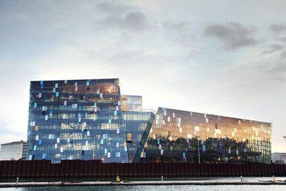 Así es la estética futurista del edificio erigido por Olafur Eliasson para la nueva Ópera de Reikiavik, inaugurada el sábado pasado. Imagen de uno de los ensayos de <i>La flauta mágica</i><b> que inauguró la nueva Ópera de Reikiavik.</b>