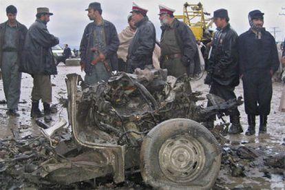 Unos policías afganos inspeccionan el lugar del atentado.