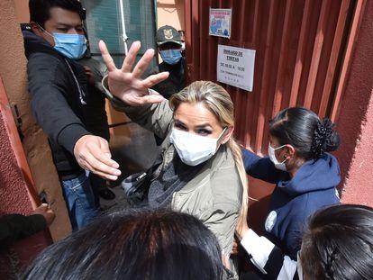 La expresidenta de Bolivia Jeanine Áñez ingresa al Centro de Orientación Femenina de Obrajes donde debe cumplir su detención preventiva, este lunes en La Paz.