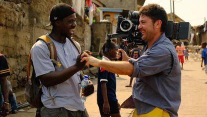 Chennu Bah y Raúl de la Fuente, durante el rodaje de 'El infierno' en Freetown, Sierra Leona.