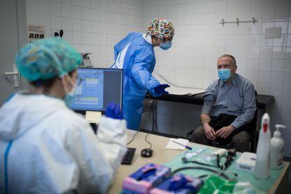 Dos sanitarias atienden a un paciente en una sala covid de un centro de atención primaria de Sabadell (Barcelona), el pasado mes de enero.
