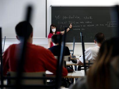 Una profesora imparte una clase de matemáticas en el instituto Simone Veil de Paracuellos del Jarama (Madrid), el pasado mayo.