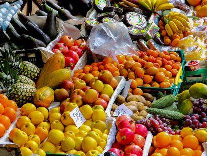Un puesto de frutas.