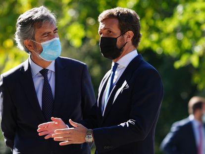 El presidente del PP, Pablo Casado (derecha), con el presidente del Consejo General del Poder Judicial, Carlos Lesmes, en la XIV edición del Premio Europeo Carlos V, el 14 de octubre.