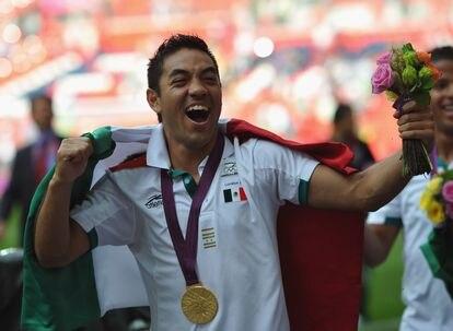Marco Fabián celebra con la medalla de oro en los Juegos Olímpicos de Londres 2012.