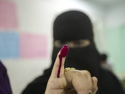 Una mujer egipcia, tras ejercer el voto, este miércoles en El Cairo.
