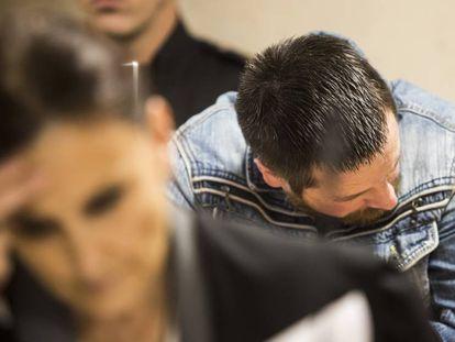 El Chicle, tras su abogada de oficio, el pasado viernes en el juicio. En vídeo, las acusaciones piden la prisión permanente revisable para el Chicle.
