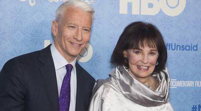 Anderson Cooper y Gloria Vanderbilt, en un estreno de cine en Nueva York en abril de 2016.