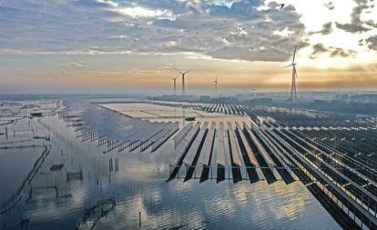 La combinación de generadores de energía fotovoltaica y piscifactorías en Sihong, China.