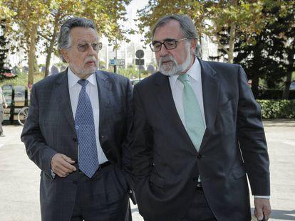Alfonso Grau, exvicealcalde de Valencia, a la derecha, llega a los juzgados con su abogado.