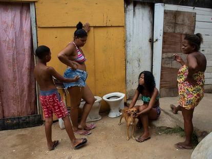 Un grupo de vecinas de la favela Ciudad de Dios, de Río de Janeiro, este domingo.