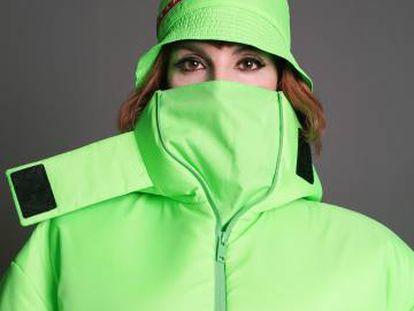 Najwa Nimri viste abrigo y gorro verdes de Prada. Como se puede observar, ya no se pinta los ojos de negro 'no me hables que te muerdo'.