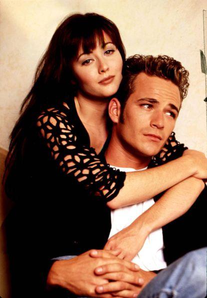 Shannen Doherty y Luke Perry como Brenda y Dylan en 'Sensación de vivir'.