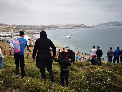 Cientos de personas continúan dirigiéndose este martes desde la localidad de Fnideq (Castillejos) para cruzar hacia Ceuta, en una avalancha de inmigrantes sin precedentes en España.