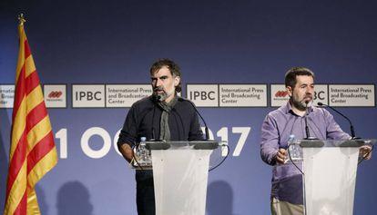 El presidente de la ANC, Jordi Sánchez (d) y el de Òmnium Cultural, Jordi Cuixart.