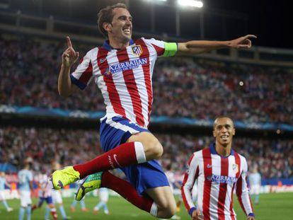 Godín celebra, junto a Miranda, el cuarto gol del Atlético.