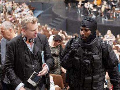 Christopher Nolan se propone volver a llenar las salas con una película de ciencia-ficción apoyada en teorías cuánticas, una estética gélida y personajes antipáticos. Y parece estar consiguiéndolo