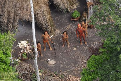 Miembros de la tribu amazónica aislada.