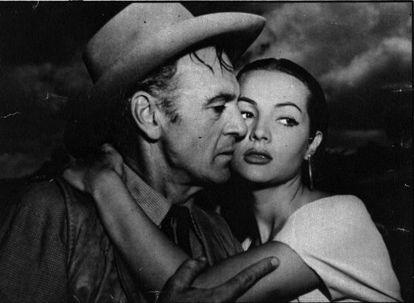 """""""Introducing Sarita Montiel"""", decían los créditos de 'Veracruz' (Robert Aldrich, 1954), su debut en Hollywood. No era la actriz principal, pero se convirtió en uno de sus reclamos. Abajo, con el protagonista, Gary Cooper, con quien aclara que no tuvo un romance."""