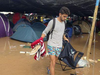 Un joven en el Arenal Sound de Burriana tras la tormenta.