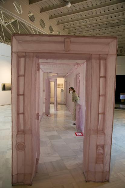 Obra de  Do-Ho Suh en la exposición '14 relatos breves', en La Casa de Vacas, que reúne la obra de 14 artistas coreanos.