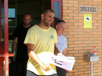 Carlos Aranda y Raúl Bravo (a la izquierda) salen de la prisión de Zuera el 31 de mayo.