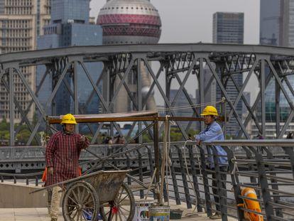 Trabajadores en unas obras en Shanghái este jueves.