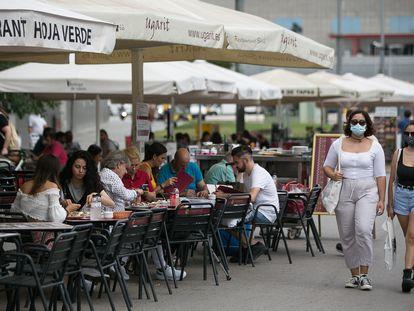 Clientes en una terraza del barrio de Sants, este viernes en Barcelona.