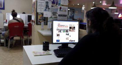 Un hombre navega por internet en un cibercafé en Estambul, Turquía.
