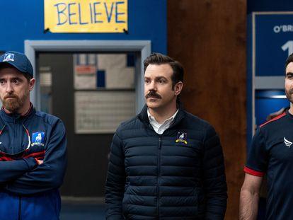 Brendan Hunt, Jason Sudeikis y Brett Goldstein, en el último capítulo de la segunda temporada de 'Ted Lasso'.
