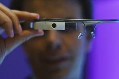 Un empleado de Google muestra unas Google Glass.