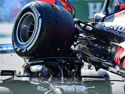 El vehículo de Max Verstappen colisiona con el de Lewis Hamilton en la carrera del GP de Italia celebrada en Monza.