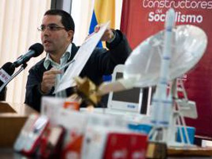 """Fotografía tomada el pasado 24 de mayo en la que se registró al ministro de Ciencia y Tecnología de Venezuela, Jorge Arreaza, quien aclaró que el satélite aún se está """"calibrando"""" desde China y que en unos dos meses se podrán obtener imágenes de mejor calidad. EFE/Archivo"""